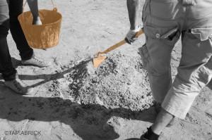 4)Prepare the earth mixture according to Your available raw-material, environmental conditions and dosage Preparación de la tierra según la materia prima disponible, las condiciones ambientales y la dosificación preestablecida