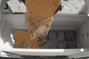 9) Pour the earth mixture just to reach the level of lime swath adhered to the formwork Vertido de la mezcla de tierra hasta alcanzar el nivel de la ringlera adherida al tablero de tapial